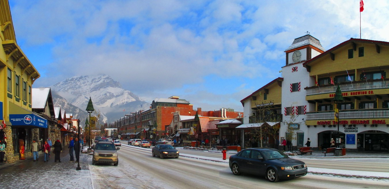 Die Main Street in Banff.