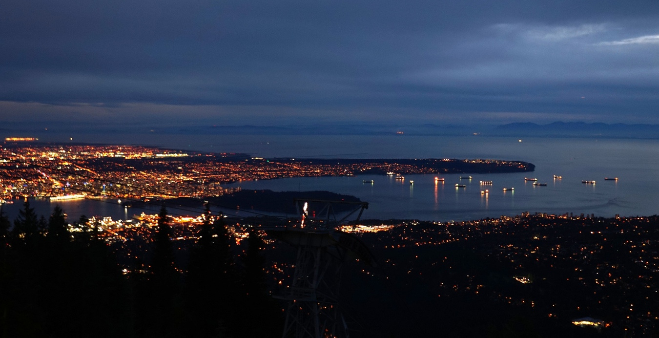 Blick vom Grouse Mountain auf Vancouver bei Nacht.