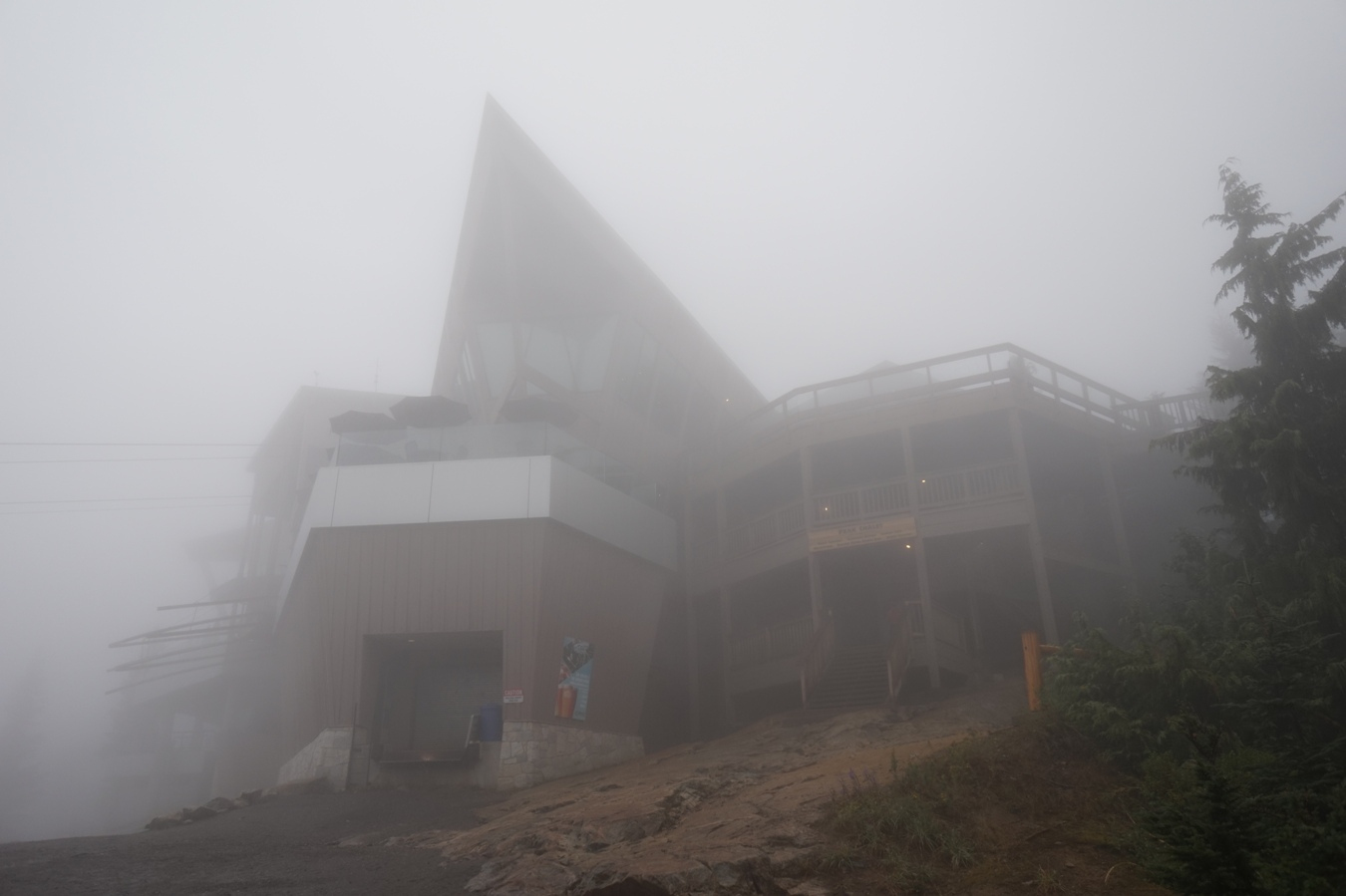 Das Peak Chalet am Grouse Mountain im dichten Nebel.