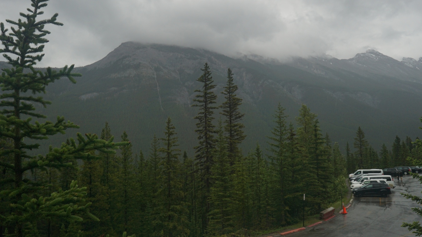 Mount Rundle im Nebel.